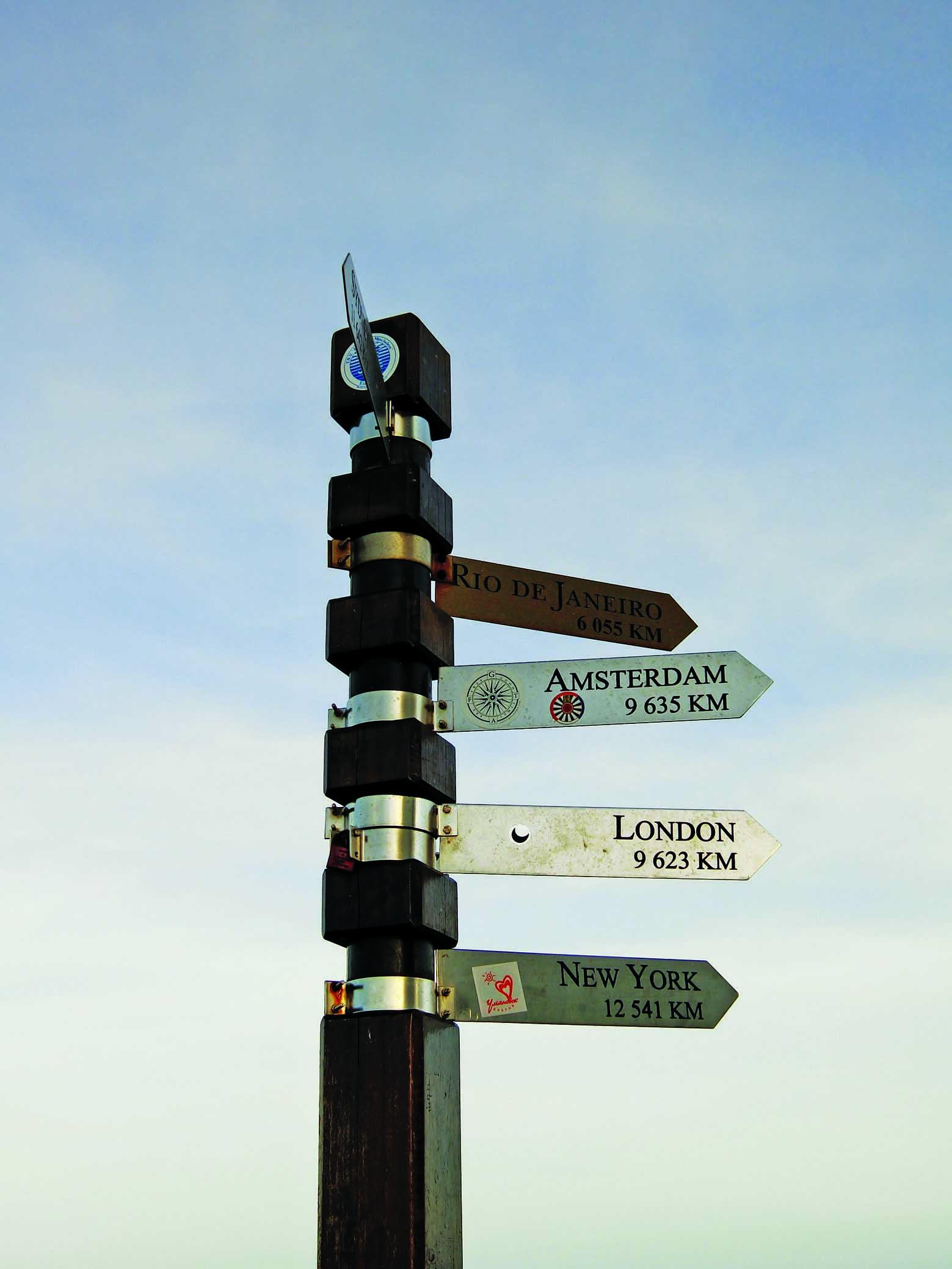 灯塔旁立了一根标志柱,上面清楚地写着世界上十个著名城市与灯塔的距离。