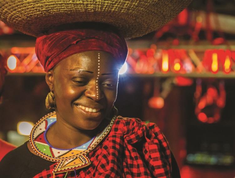 以非洲传统穿着打扮的服务员。