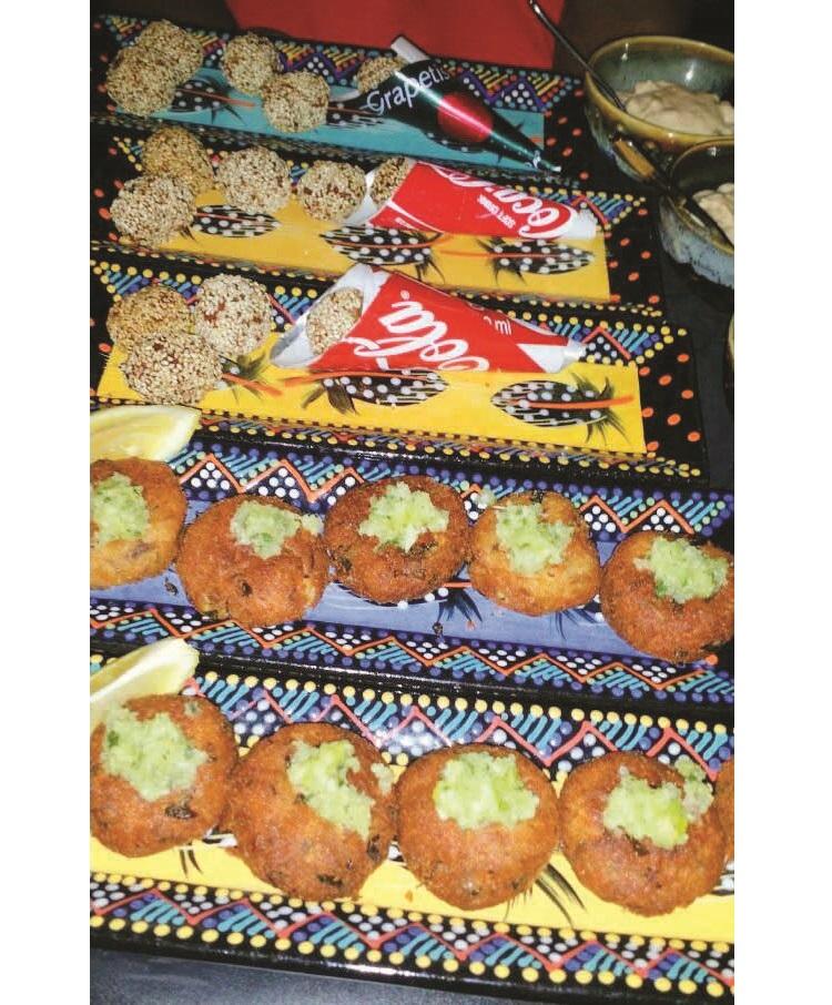 前为非洲国家埃色俄比亚(Ethiopia) 的小点心印度扁豆泥;后为赞比亚(Zambia)的小点心Kandolo Balls(裹上芝麻粉的炸杂番薯球)。