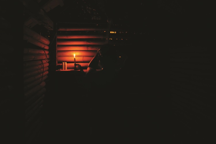 太阳落下,没有任何电子娱乐,荡漾在黑暗中更容易听见自己内心的声音。