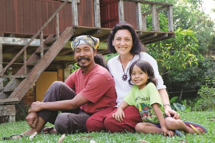 En.Zain 和 Fred Suriya与他们可爱的女儿。
