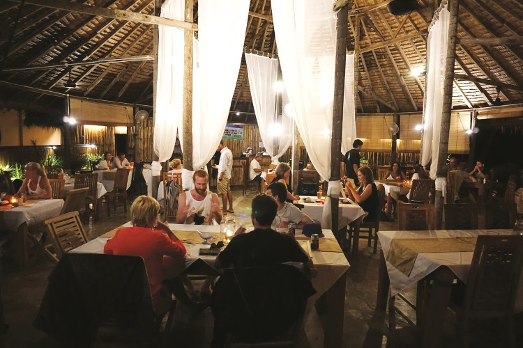 茅草屋顶的餐厅与这座小岛非常融合,充满闲情雅致。