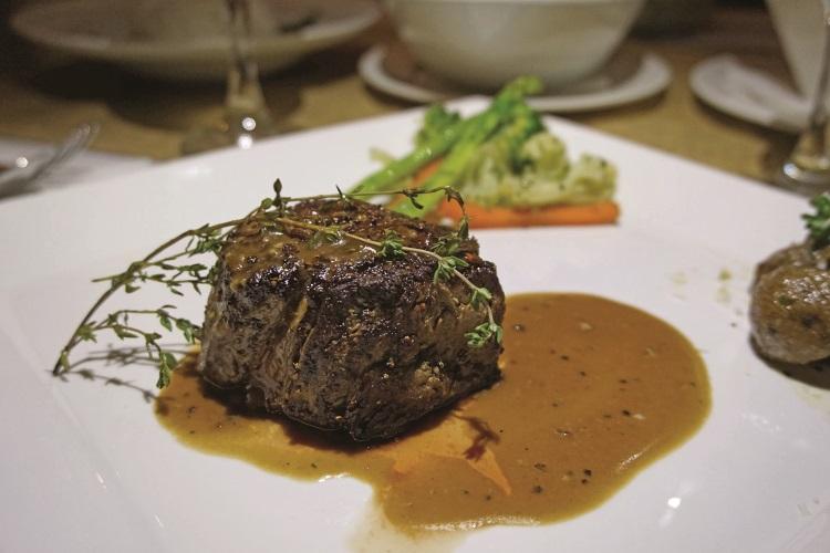 七分熟的牛肉烤得刚刚好,鲜嫩多汁,你是不是也很想咬一口?