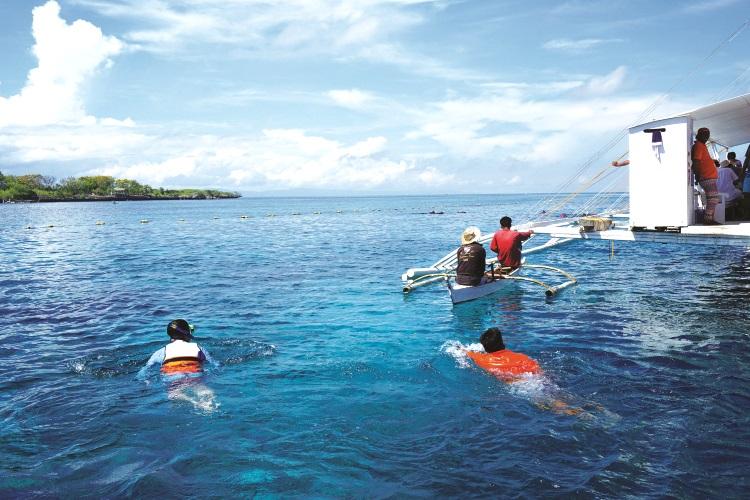 娜鲁萱岛长远的木桥。