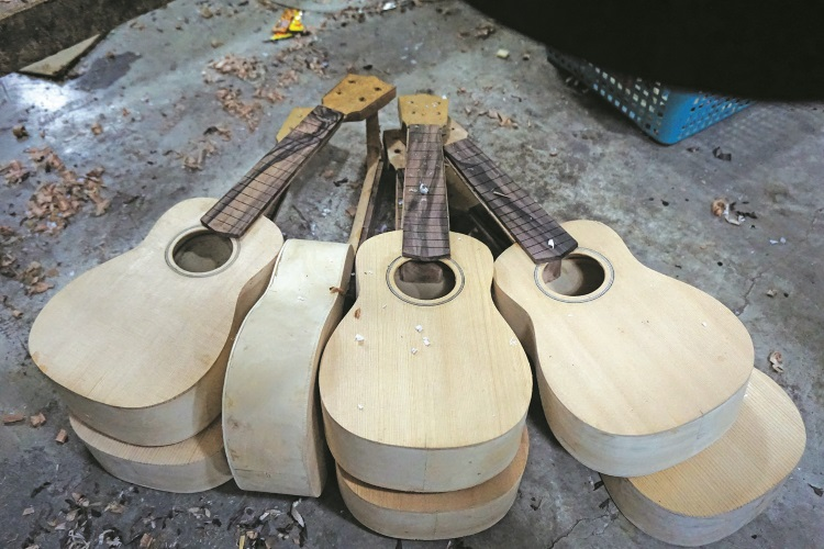 刚做好的吉他模型就要以绳子固定一段时间。(二)
