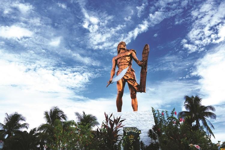 民族英雄拉普拉普的巨大雕像。