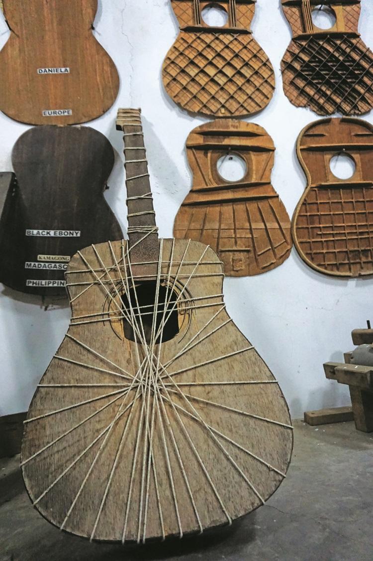 刚做好的吉他模型就要以绳子固定一段时间。(一)