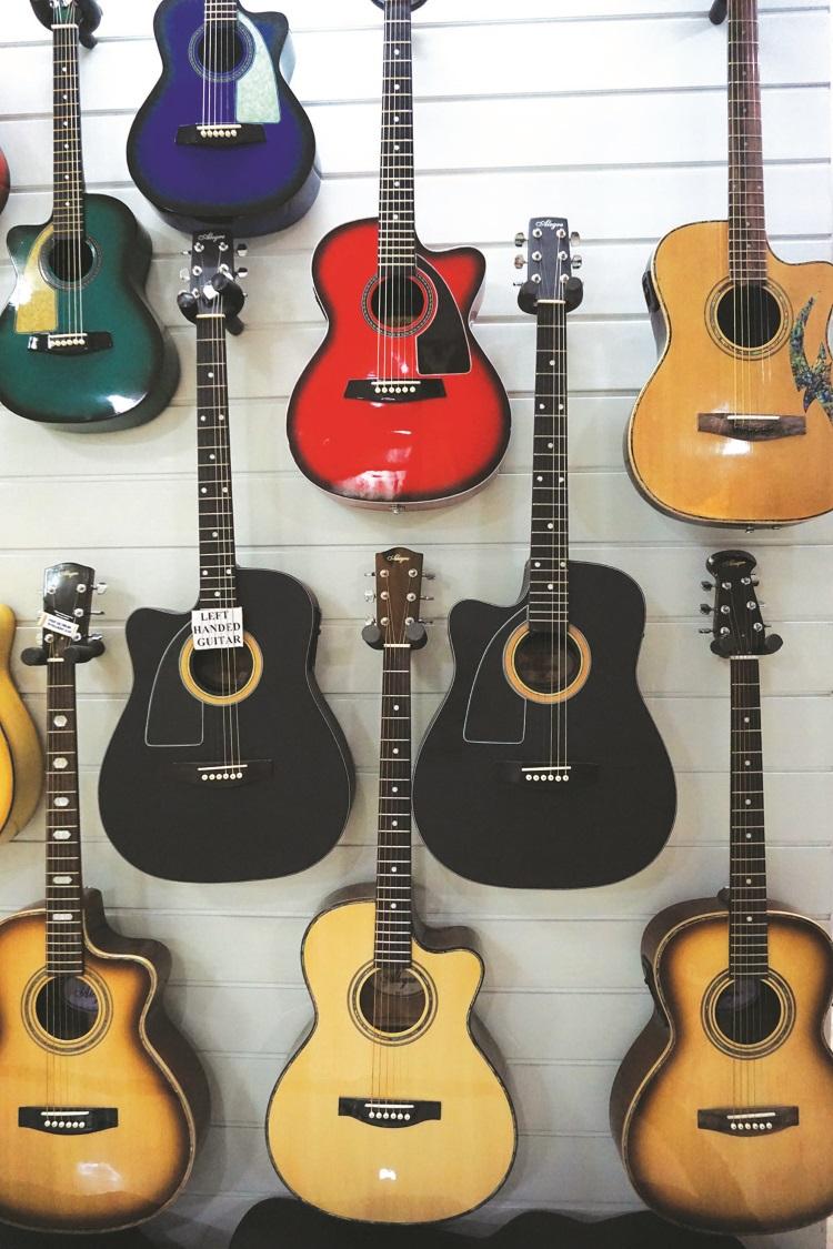 特别设计给左撇子使用的吉他。