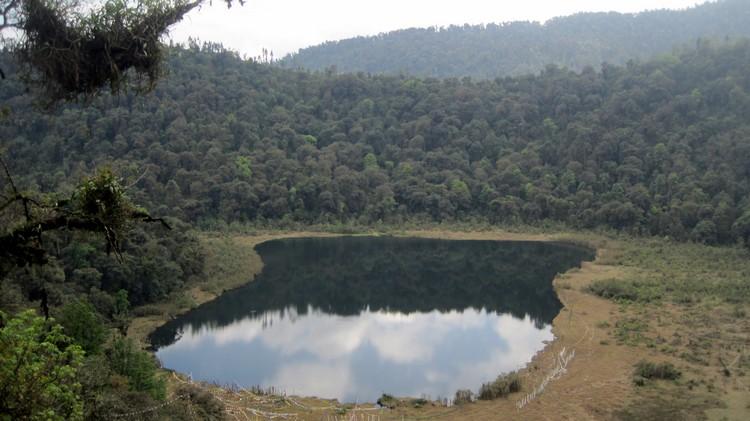 当地人为保护这圣湖,连湖四周的径道建设都是不允许的。