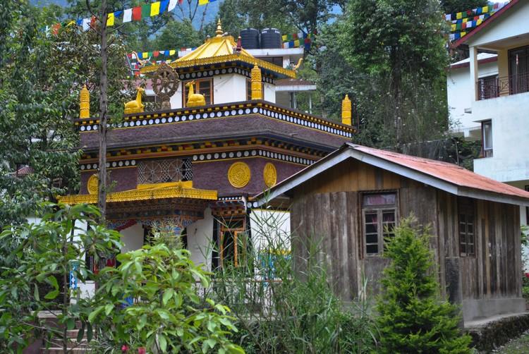 位于湖畔的寺庙。