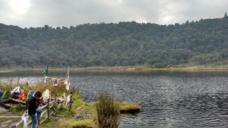 宗教人士会在度母湖畔进行宗教仪式。