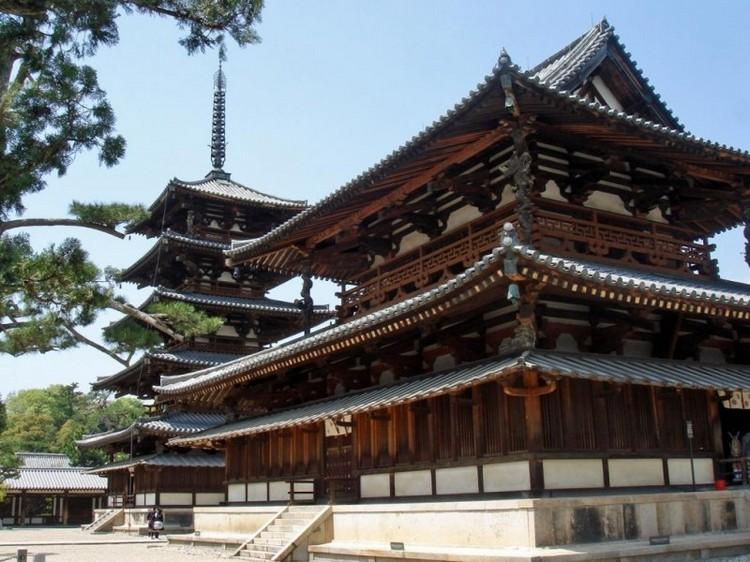 """登录遗产名单过程:法隆寺地域の仏教建造物,是指日本奈良县的法隆寺及法起寺等寺院的总称,至今是世界上最古老的木结构建筑。由于在明治时代初的""""废佛毀释""""运动中受到威胁,随后政府的政策改变,包括法隆寺金堂、五重塔等的建筑群在古社寺保存法下指定为国家文化财产。二战后,在《文化财保护法》下,佛寺建筑物才登录为国宝级的重要文化财产。"""