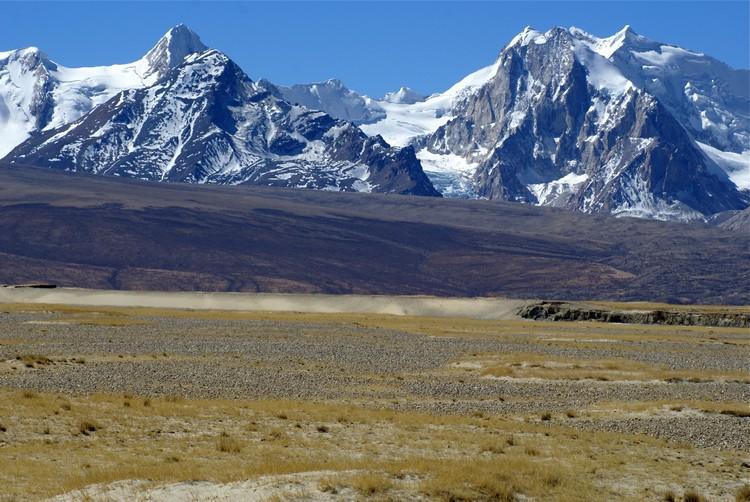 同个区域,雪山、旱漠、草原可以同时出现。