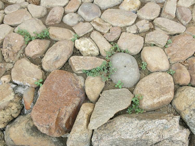 土楼的墙面主要由花岗岩和大颗的鹅卵石叠磊,然后以三合土粘连,厚度达1到两公尺。