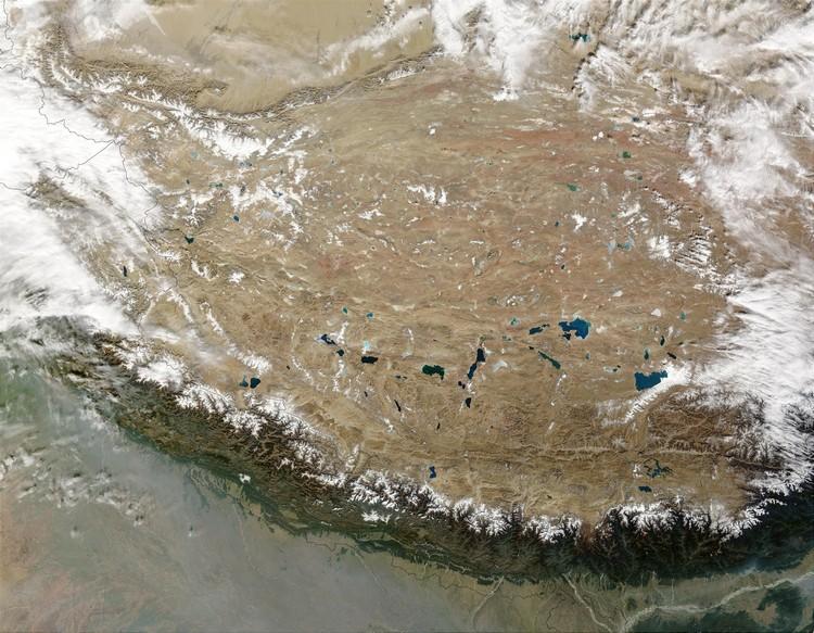青藏高原的范围囊括西南边的西藏、四川省西部、云南、西北青海省、新疆南部、甘肃省西部,以上都是中国境内涉及的部分,其实,整个青藏高原不止如此——不丹、尼泊尔、印度、巴基斯坦、阿富汗、塔吉克斯坦、吉尔吉斯斯坦各国都有部分国土涉及在内。