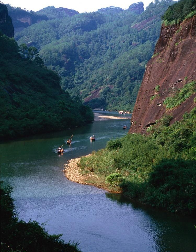 乘竹筏游九曲溪,已经成为旅游武夷山最具代表性的活动了。