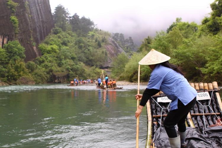 乘坐宽约2米、长约9米的仿古竹筏游历其中,将武夷山一览无遗。