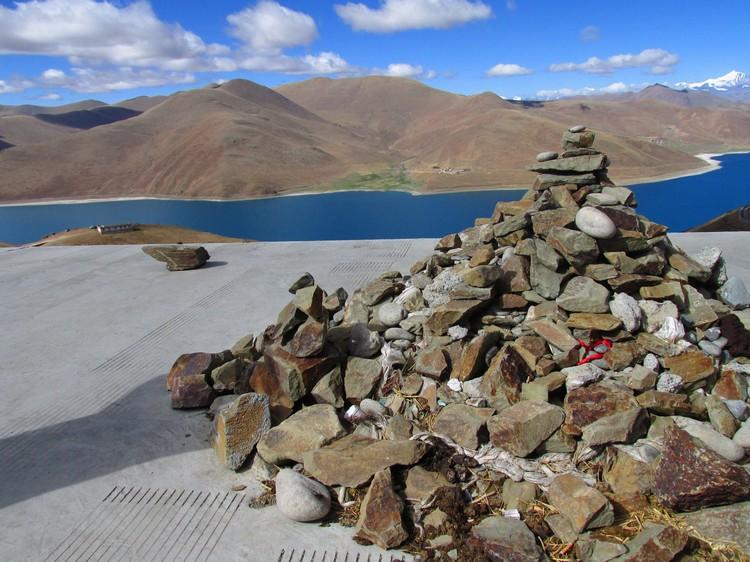 在西藏,堆叠石头是一种祈愿的方式,据说叠得越高,愿望就越快实现。