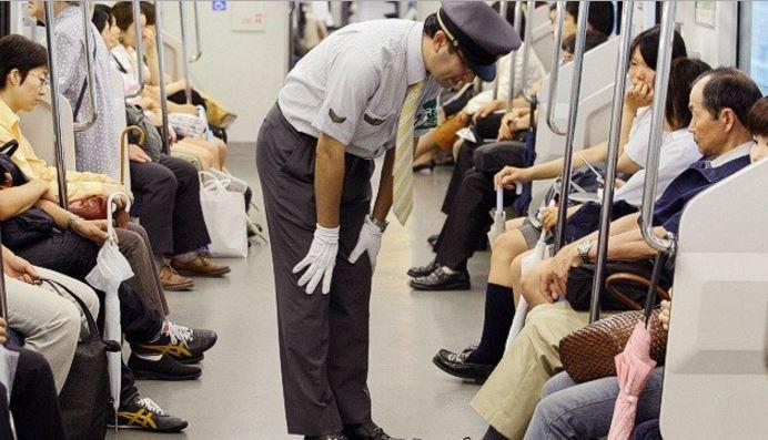 电车服务员向乘客行鞠躬礼。