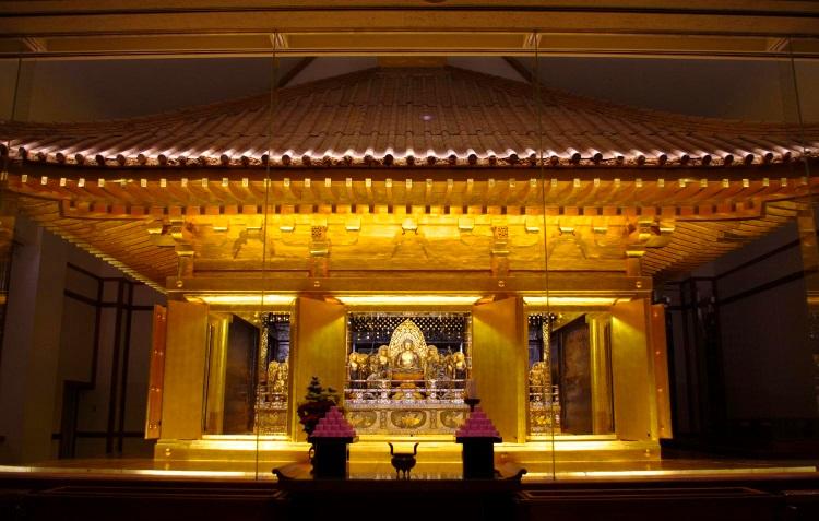 位于岩手县的平泉,是日本东北区最早登录为世界遗产的地方,遗产构成有中尊寺、毛越寺、观自在王院迹、无量光院遗迹、及金鸡山。这些寺院和庭院,是要创造出理想世界,在同时受到海外影响在日本独独自行程的硕果。平泉象征着佛教净土,在这些净土建筑中,特别是中尊寺金色堂,是最具有艺术精粹至今还能展现给后世的金色堂。
