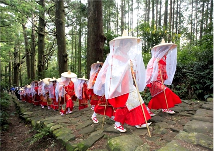 """熊野的神秘山区,被认为是神明的居住圣地,以前的皇朝贵族们需要花上30-40的天的路程长途跋涉才能到达此地,只为了寻找这片净土。至今,无论任何阶层的人士都会想要亲自前来参访这片以静为贵的纪伊山地圣地。沿着不同的山经(俗称古道)前往熊野三山。熊野三山三大神社,与接连其间的参拜古道,以""""纪伊山地的圣地和参拜道""""之名,受联合国教科文组织登录为世界遗产。范围包括熊野三山、和歌山县的高野山、以及奈良县的吉野.大峯三处圣地,才保留了1200年的灵地传统。"""