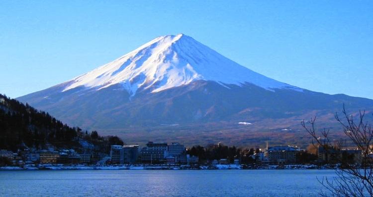 作为日本代表性景观-富士山,是日本一座横跨静冈县和山梨县目前已沉睡百年中的活火山。