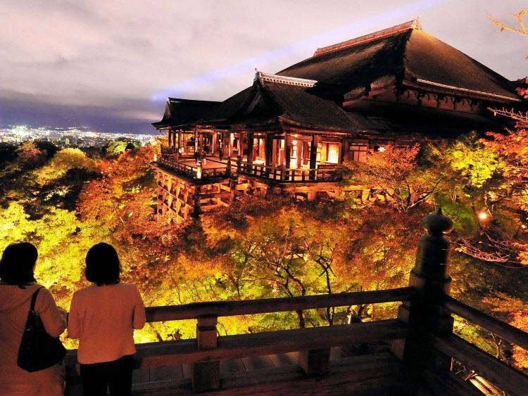 古都京都の文化財,是指存在日本京都府京都市、宇治市及滋贺县大津市的寺院、神社、城堡等史迹的总称。古京都是仿效中国古代首都形式于公元794年建立的,一直到19世纪中叶都是日本帝国首都。作为一千多年来日本文化核心,不仅见证了日本木结构的宗教建筑发展,也向世人展示着日本庭院艺术的延伸。古京都也为现在的日本留存了许多艺术的记录。图为京都著名的地标之一---清水寺,山号为音羽山。