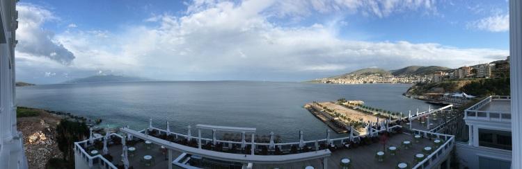 奥特兰托海峡在中间;右边是阿国萨瓦达。左边是希腊的哥夫岛。