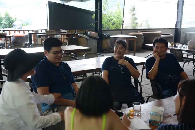 卓也夫妇听着邱翔翎(坐者左一起)聊着儿子的英雄气概,脸上洋溢着骄傲。
