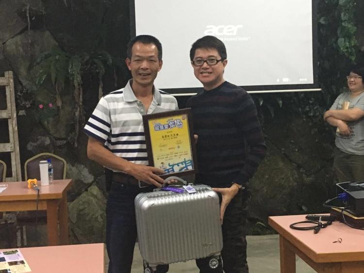 蘋果101执行董事 黄引辉 (右),颁发纪念品与 邓雅元。