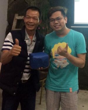 龙云休闲农场主人 邓雅元(左),颁奖予 第一天 第一场