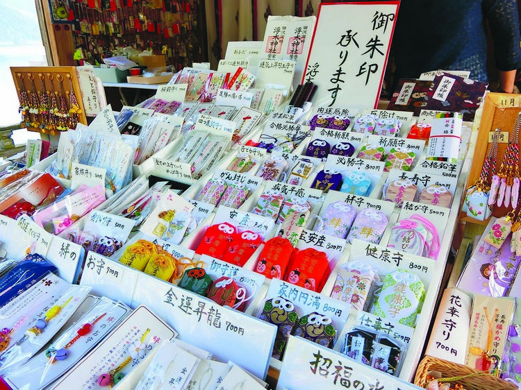 御守是日本的一种护身符,也可作为吊饰,是许多游客来到日本会购买的纪念品之一哦!