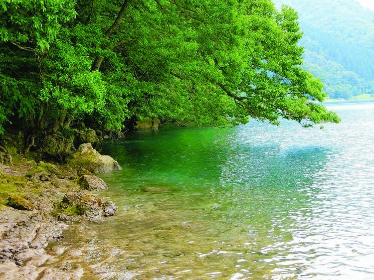 田泽湖的湖水非常清澈,阳光照射下还会呈现出犹如琉璃的水色。