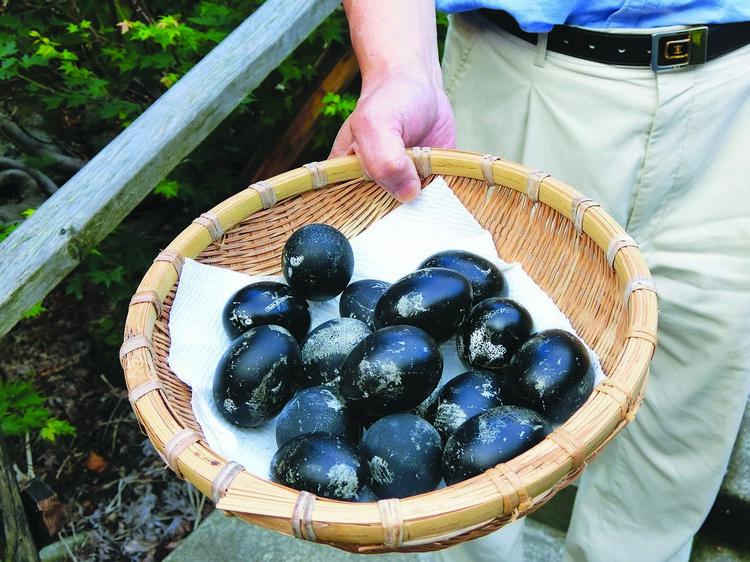 温泉内的硫磺和铁质氧化成黑色硫化铁依附在蛋壳上便形成了黑色温泉蛋。