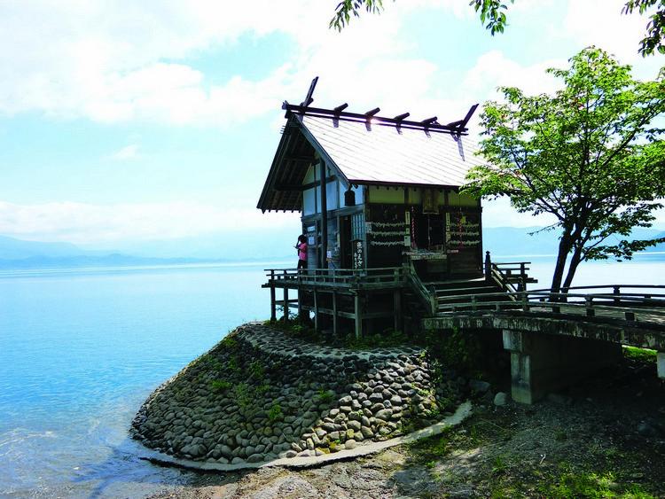 在辰子像不远处,还有一个小小的神社--浮木神社。