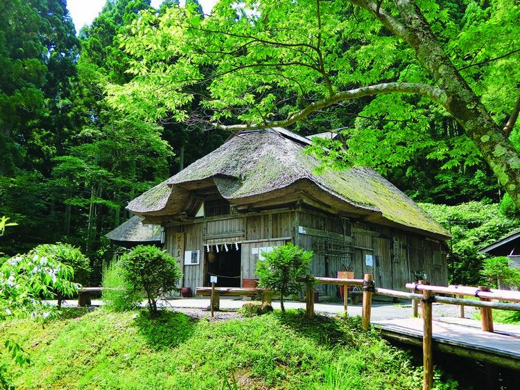 依照男鹿半岛典型古老居民所建造的古木屋,里面都会上演生剥鬼习俗秀。