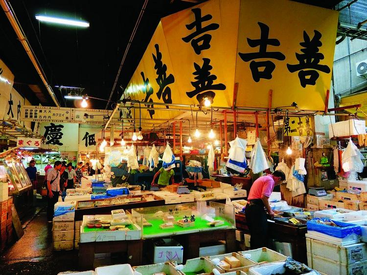 筑地市场是日本最大的鱼市场,也是整个东京的鱼产供应商。