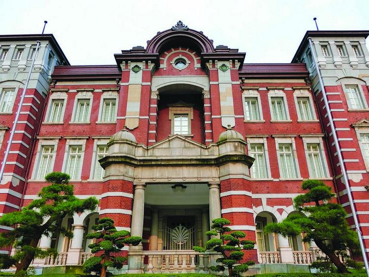 以红砖与灰白色线条打造的建筑外观,让东京车站显得古典高雅。