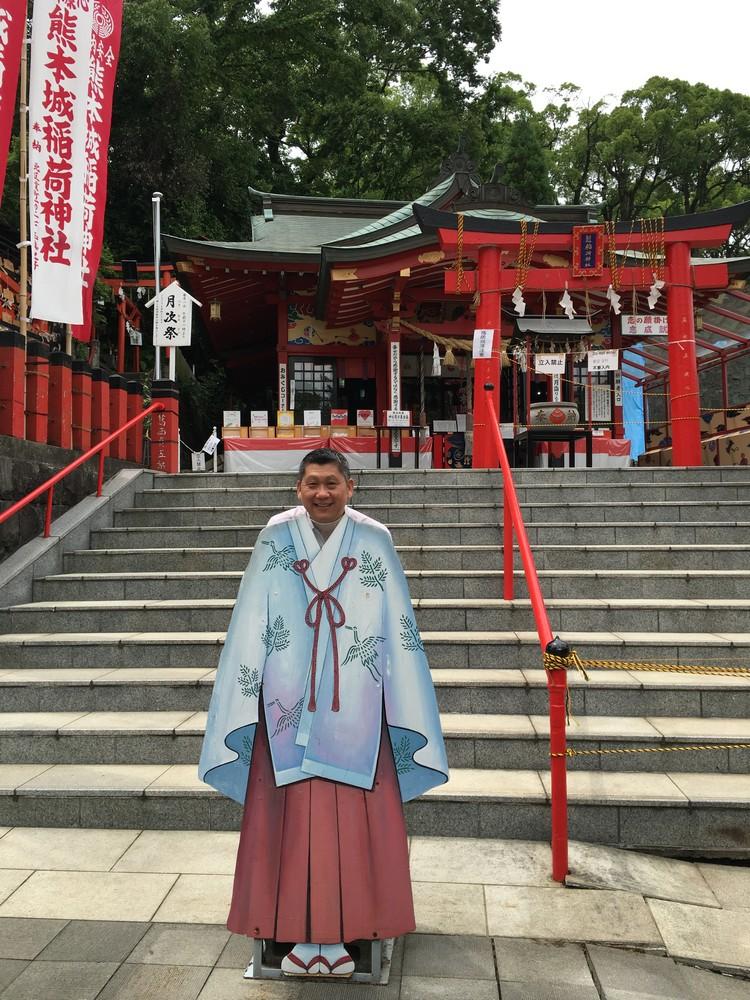 熊本城脚下的稻荷大社照常营业;据了解,在周末到来祈福平安的观光客还不少。