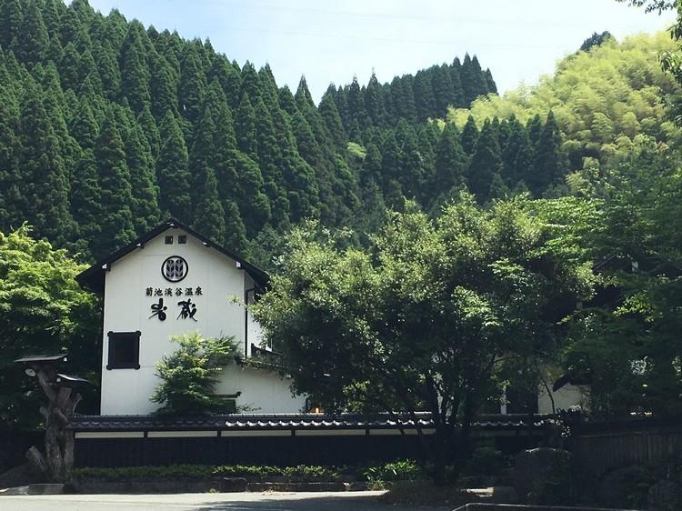 熊本著名温泉乡菊池溪天然温泉,仅距离机场15公里;照常营业,客似云来。