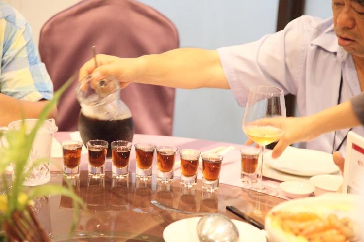 与藏酒酒莊莊主卓志宏举杯畅饮