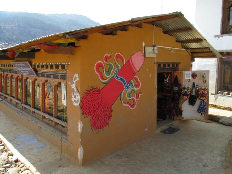 象征驱凶避邪的男性生殖器图像,不丹人相信这有保屋主平安的作用。