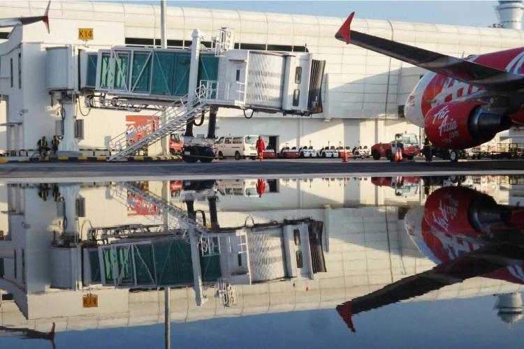 机场停机坂积水;建造时不符合规格吧!