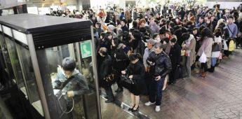 2011年3月11日,日本当天发生里氏8.8级地震,东京有大量日本市民不慌乱的排队使用公用电话。