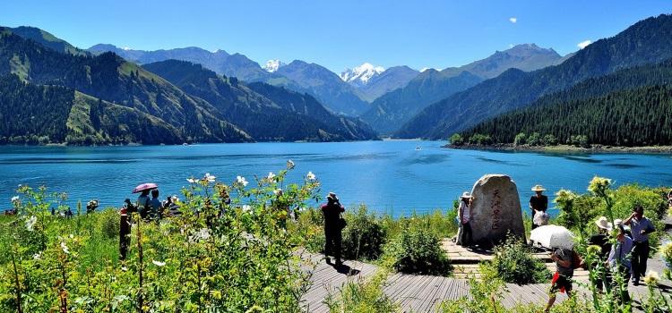 """新疆奇景之一 - 高山上以一座湖泊为中心的""""天山天池"""",故称""""瑶池""""。"""