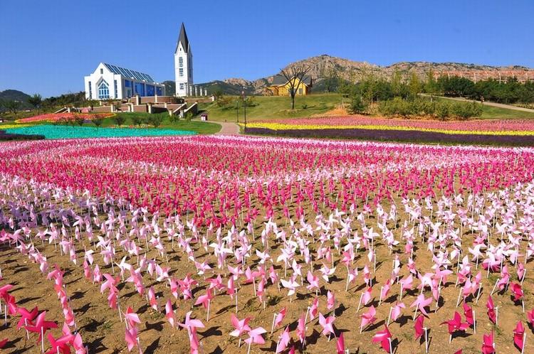 随风摇曳的纸风车,装饰了位于山丘上的水晶教堂,显得浪漫不已。