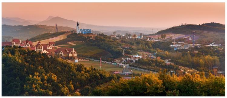 夕阳照射下的藏马山度假区,搭配出五彩斑斓的景色,仿佛置身童话世界。
