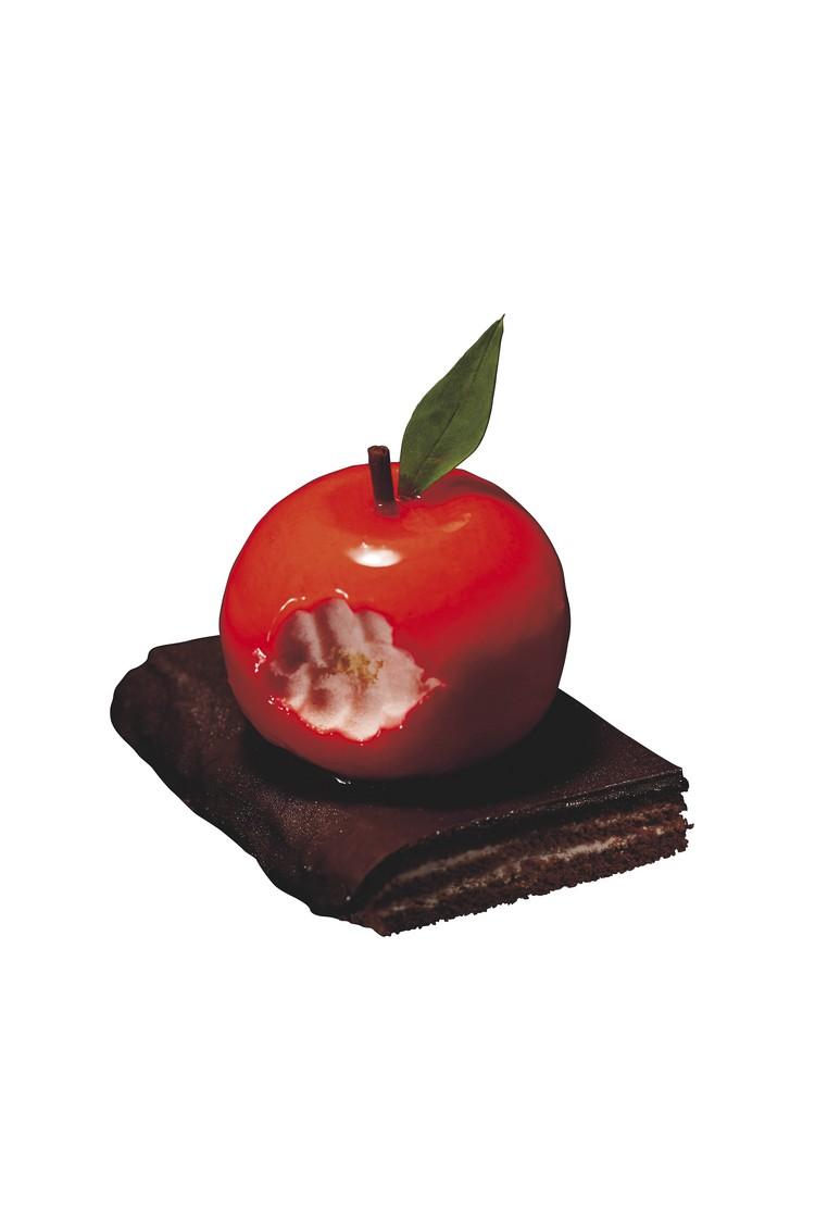 """特色的限定餐点,像是死神""""路克""""咬痕的蘋果造型慕斯蛋糕。"""