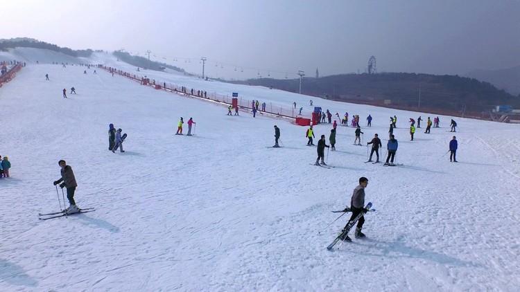 延绵到天际的藏马山滑雪场上,远道而来的游客和白雪做最亲密的接触。