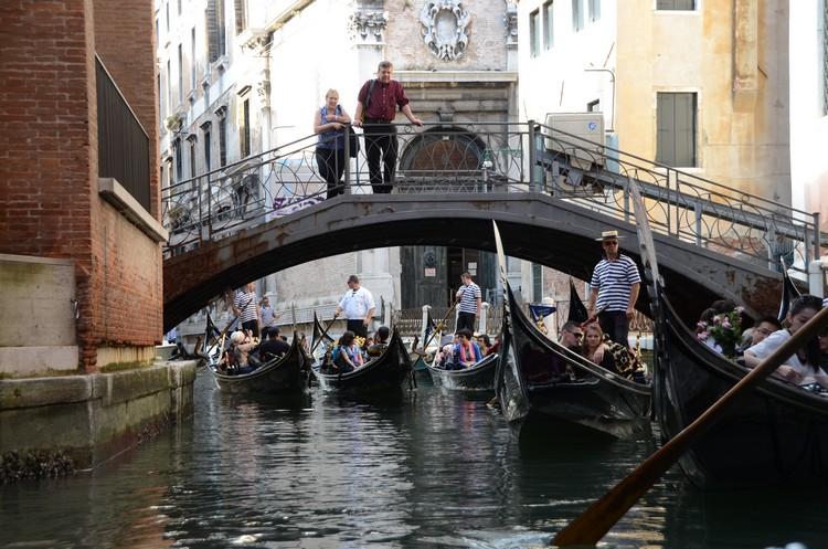 在威尼斯乘坐贡多拉,全面欣赏水都之美吧!